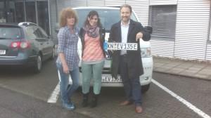 Die Damen von der Zulassungsstelle in Konstanz freuen sich mit Timo Schneeweis (rechts im Bild) über das erste ausgebene E-Kennzeichen.