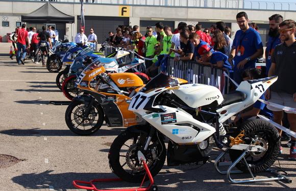 18 Teams hatten sich angemeldet - doch nur 12 haben es geschafft zum Start des Rennens ein fahrbereites Rennmotorrad zu bauen und die Starterlaubnis zu erhalten. Vorne im Bild die Maschine des Konstanzer Teams. © HTWG